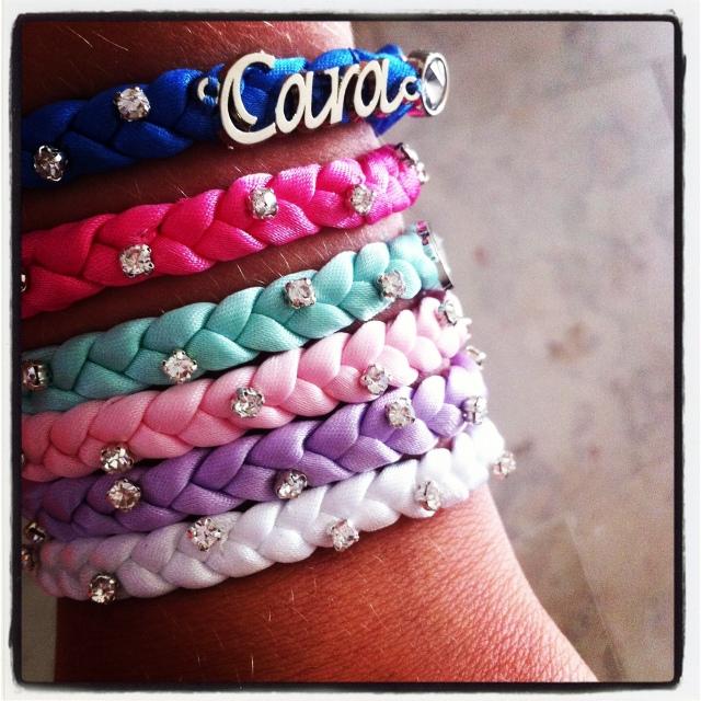 """""""cara charm"""" finns i sju snygga färger.."""